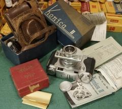 戴眼镜的KONICA II连包装说明书和发票等文件